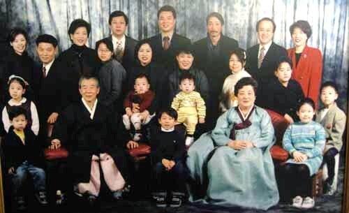 임기란(앞줄 오른쪽 둘째) 어머니는 남편 박희봉(앞줄 왼쪽 둘째)씨와 사이에 다섯 남매를 뒀다. 막내아들 박신철(뒷줄 왼쪽 둘째)씨와 사위 배철수(뒷줄 오른쪽 세째)씨 등 온가족이 함께 한 1999년 가족사진이다. 사진 박신철씨 제공