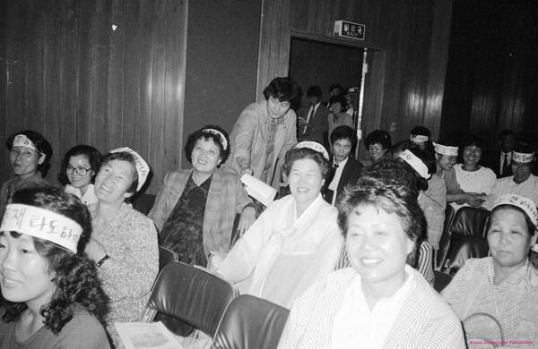 임기란(왼쪽 네째) 어머니는 1986년 12월12일 서울 종로5가 기독교회관에서 열린 민가협 2차 총회에서 초대 의장으로 선출됐다. 전태열 열사의 동생 전순옥(왼쪽 둘째), 김종태 열사의 어머니 허두측(왼쪽 다섯째), 송광영 열사의 어머니 이오순(맨오른쪽)씨 등이 보인다. 기록사진가 박용수씨가 찍었다.