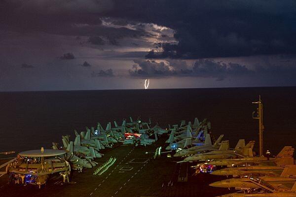 미 항공모함 니미츠호가 4일 남중국해 해상에서 훈련을 진행하고 있다. 이날 니미츠는 일본 요코스카를 모항으로 하는 또다른 항모인 로널드레이건과 함께 남중국해에서 공동 훈련을 진행했다. 미 해군 제공