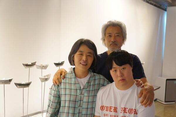 왼쪽부터 길일행씨와 남편 이창기 시인, 아들 이안욱 작가. 강성만 선임기자