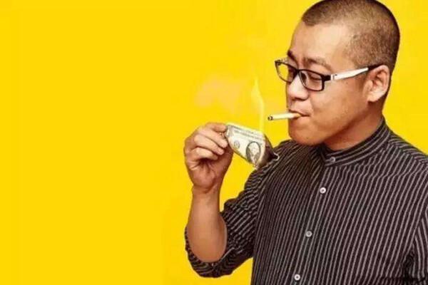중국의 암호화폐 투자자 리샤오라이. 1달러짜리 지폐로 담뱃불을 붙이는 이 사진은 그를 상징하는 대표적인 이미지다. 출처=소후