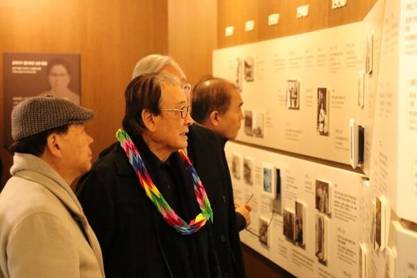 지난 6일 목포시 해양대학로 공생원을 방문한 이순재(오른쪽) 총재가 윤기(왼쪽) 명예회장의 안내로 공생원 창립자 윤치호윤학자기념관을 둘러보고 있다. 사진 공생복지재단 제공