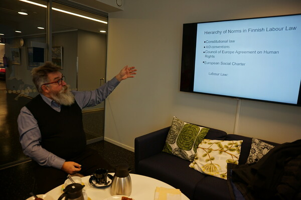 핀란드 기술생산직 노조의 아르토 헬레니우스가 핀란드 노동법과 고용보호 시스템에 관해 설명하고 있다.