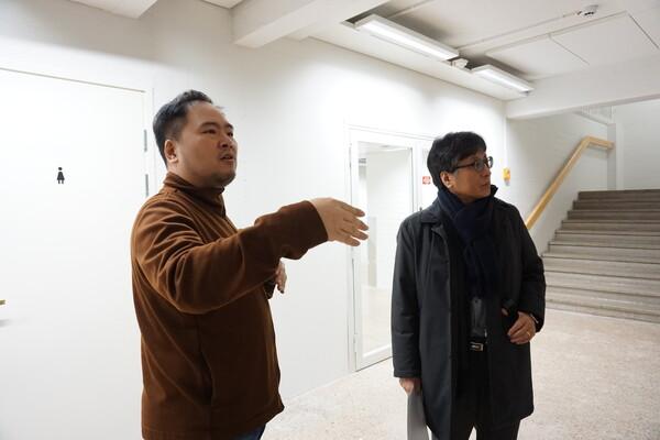 한국인으로 핀란드에 정착해 스타트업을 운영 중인 창업가 배동훈씨(왼쪽)가 연구진에게 알토스타트업센터를 안내하고 있다.