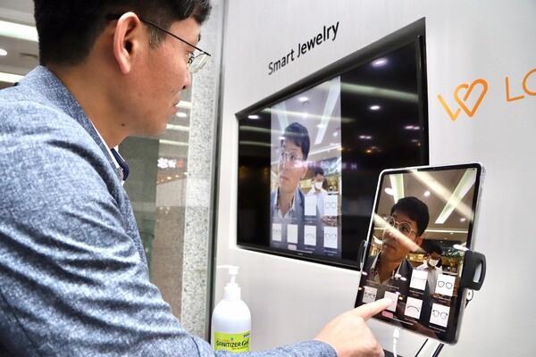 관람객이 서울 영등포구 중소기업중앙회에서 스마트서비스 현장체험을 하고 있다. 중소기업중앙회 제공