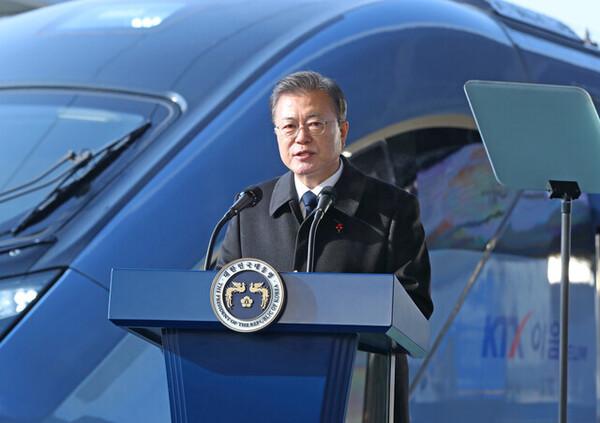 문재인 대통령이 4일 강원도 원주역에서 열린 KTX 이음 개통식에서 발언하고 있다. 연합뉴스