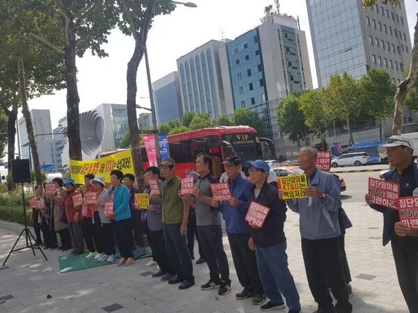 전북 익산 장점마을 주민 등이 지난 9월26일 서울시 강남구 케이티앤지(KT&G) 사옥을 항의 방문해 집단 암 발병에 대한 책임을 져라고 촉구했다. 장점마을주민대책위 제공