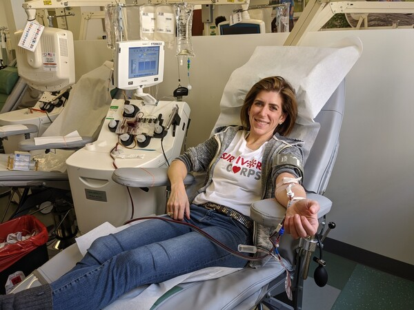 서바이버코어 창립자인 다이애나 버렌트가 혈장 기부를 위해 헌혈하고 있다. 그는 지금껏 여섯 차례나 혈장을 기부했다. 버렌트 제공