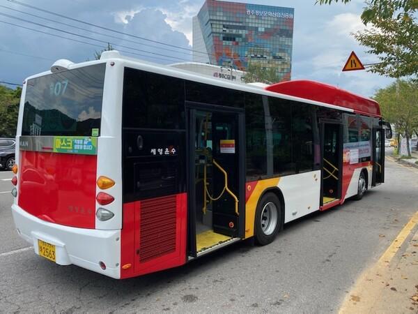 지난 1일부터 광주시내에 등장한 출입문 3개 달린 저상 시내버스. 광주시 제공