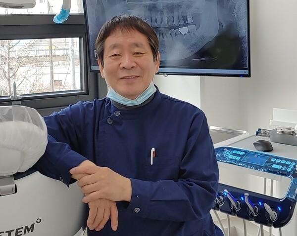 송필경 이사가 치과 진료실에서 사진을 찍고 있다. 송필경 이사 제공