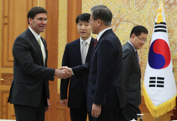 문재인 대통령이 15일 오후 청와대 본관 접견실에서 마크 에스퍼 미 국방장관과 악수하고 있다. 김정효 기자