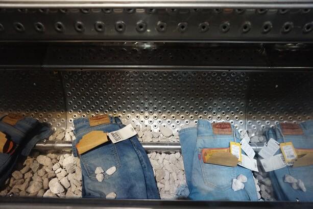 고지마에서 처음 시작된 '스톤워싱' 세탁 가공 기술. 하얀색 돌과 함께 세탁하면 우리가 흔히 입는 빈티지 청바지가 연출된다.