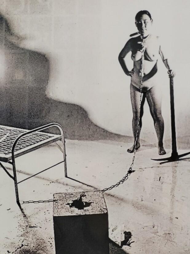 1994년 여성주의 미술전인 '여성, 그 다름과 힘'에서 이불이 알몸 퍼포먼스를 벌였을 당시의 사진. 곡괭이 등으로 자신의 목에 채운 쇠사슬을 끊는 강렬한 행위를 통해 작가는 여성의 몸이 지닌 정치성과 현장성을 여지없이 드러냈다.