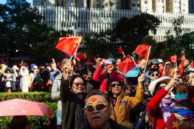 7일 홍콩섬 완차이 지역에서 열린 친중 집회에서 참석자들이 반송중 시위대를 비난하는 구호를 외치고 있다. 이날 중국 이민당국은 홍콩 주재 암참 회장단의 마카오 입경을 불허했다. AFP 연합뉴스