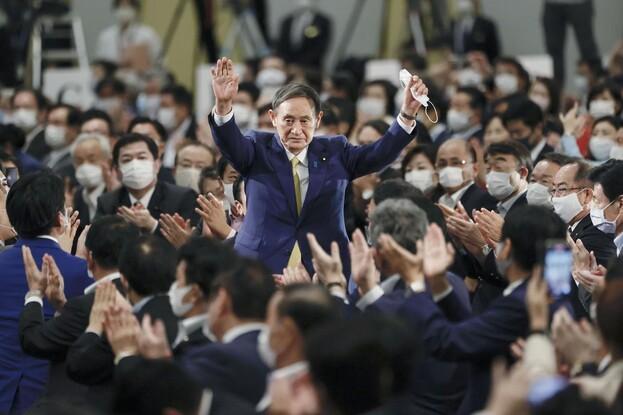 14일 일본 도쿄 그랜드프린스 신타카나와 호텔에서 열린 자민당 총재 선거에서 70%를 득표해 압승한 스가 요시히데 관방장관이 두 손을 들어 보이며 동료 의원들의 환호에 답하고 있다. 도쿄/교도 연합뉴스