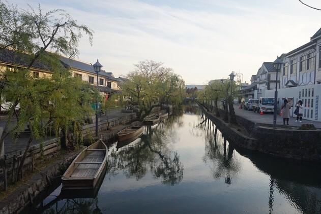 구라시키 미관지구의 모습. 가운데 구라시키강을 따라 버드나무와 창고 건물이 늘어서 있다.