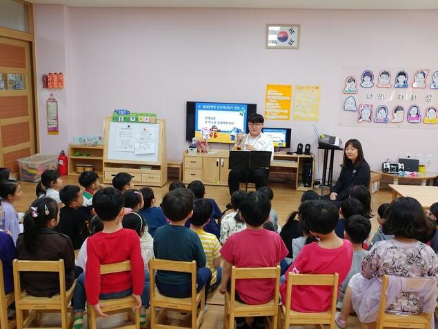 발달장애인 인식개선교육 강사인 임제균씨가 유치원에 찾아가 장애이해교육을 진행하고 있다. 교육을 마치면 우르르 달려와 사인을 해달라고 요청하는 일이 자주 있다고 한다. 하트하트재단 제공