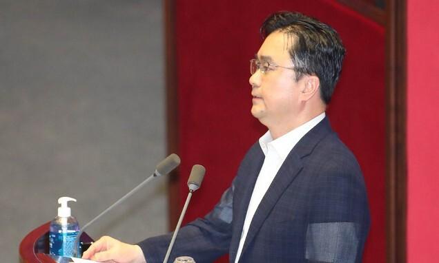 김종민 더불어민주당 의원이 7월 30일 서울 여의도 국회에서 열린 본회의에서 5분 발언을 하고 있다. 뉴시스