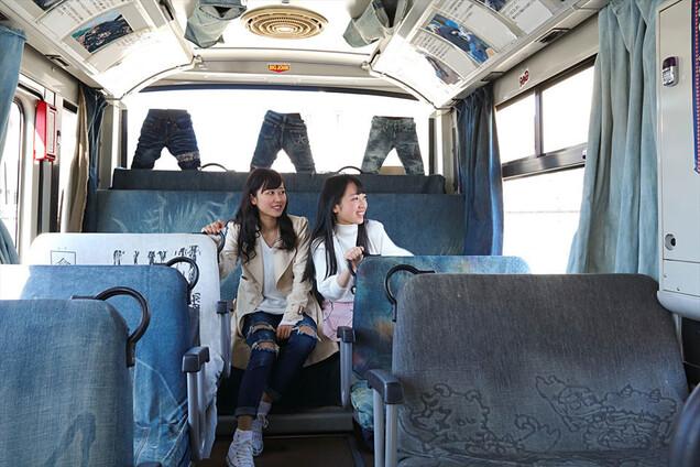 청바지 원단으로 만들어진 고지마 버스 내부 모습. 오카야마현 현청 페이스북 갈무리