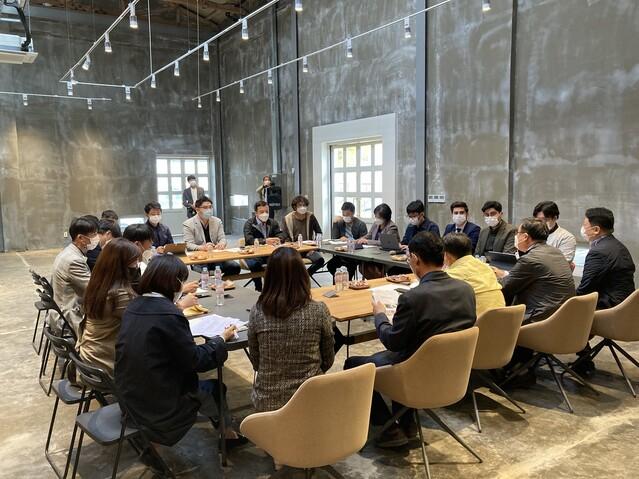 지난해 11월 규암마을에 입주한 기업가·예술가들이 모여 지역 발전과 마을 생태계 조성에 대해 논의했다. 사비공예문화산업지원센터 제공