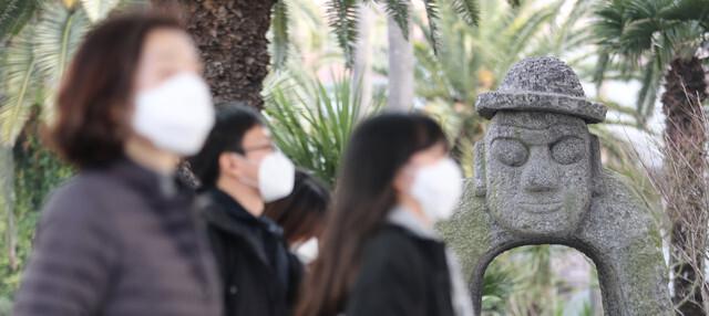 신종 코로나바이러스 감염증에 대한 우려가 커지는 가운데, 지난 2일 오전 제주국제공항을 통해 들어온 국내외 여행객들이 마스크를 쓰고 주차장으로 가고 있다. 제주/연합뉴스