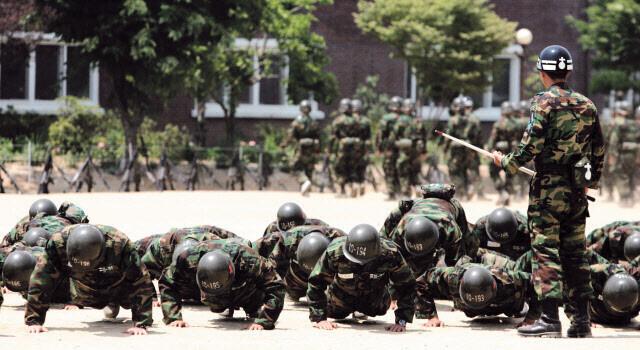 신병들이 육군 논산훈련소에서 훈련을 받고 있다. 연합뉴스