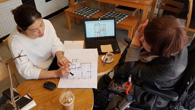 '위스테이 별내' 조합원인 김미연(오른쪽)씨가 입주 전 더함 직원으로부터 주택 구조에 대해 설명을 듣고 있다. 사진 더함 제공