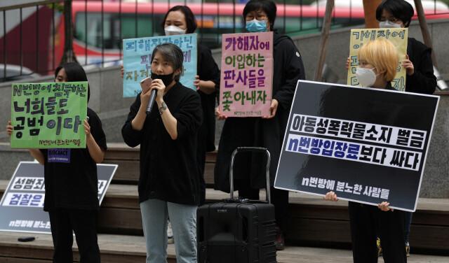 n번방에 분노하는 사람들 소속 회원들이 17일 오후 서울 강남구 강남역 9번출구와 10번 출구 사이에서 강남역부터 n번방까지 성폭력 규탄 이어말하기를 하고 있다. 이종근 기자 root2@hani.co.kr