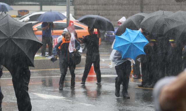 지난해 8월29일 오전 서울 종로구 적선현대빌딩 앞에 기습폭우가 내려 시민들이 비를 피해 발걸음을 재촉하고 있다. 박종식 기자 anaki@hani.co.kr