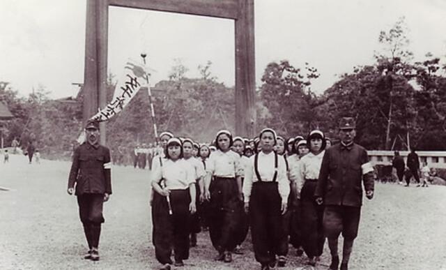 1944년 일본에 가면 돈도 벌고 공부할 수 있다는 말에 속아 13∼15세의 어린 나이에 근로정신대에 강제동원됐던 조선 소녀들의 사진. 이들은 당시 미쓰비시 나고야 항공기 제작소에서 임금도 제대로 받지 못한채 노역했다.♣H6s<한겨레> 자료 사진