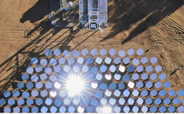 미국 친환경 스타트업인 헬리오겐이 캘리포니아에서 인공지능(AI)을 이용해 만든 태양광발전 시스템. 헬리오겐은 여기서 나오는 1000℃ 이상의 고온으로 물에서 수소를 분리하는 기술을 개발 중이다.  헬리오겐
