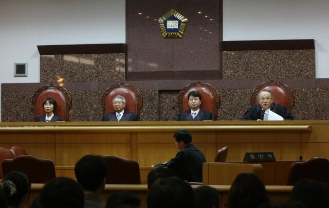2009년 지난 2009년 5월29일 '에버랜드 사건'에서 무죄를 선고하면서 양창수 대법관이 판결문을 읽고 있다. 김진수 기자
