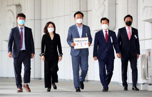 '입장문 가안 유출' 주장 통합당, 직권남용 혐의로 추미애 고발
