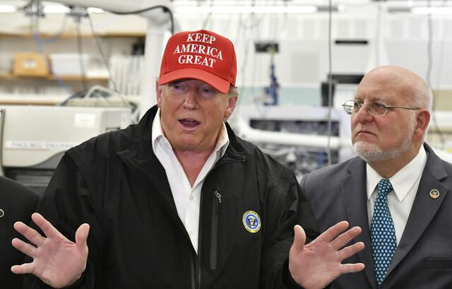 도널드 트럼프 미국 대통령(왼쪽)이 6일(현지시각) 코로나19와 관련해 조지아주 애틀랜타에 있는 질병통제예방센터(CDC)를 방문해 발언하고 있다. 오른쪽은 로버트 레드필드 질병통제예방센터 국장. 애틀랜타/AP 연합뉴스