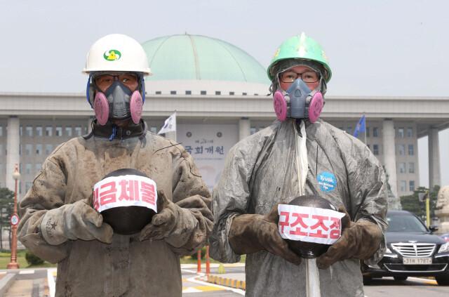 2016년 6월 조선소 하청노동자들이 서울 여의도 국회 앞에서 조선업 생산구조를 비판하고 임금체불과 일방적 구조조정 중단을 촉구하는 퍼포먼스를 하고 있다. 이정우 선임기자 woo@hani.co.kr