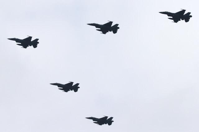 2014년 일본 자위대 연례 공중 분열 식에 참가한 자위대 전투기들. 일본 정부는 고출력 전파 발사장치를 개발해서 전투기 등에 탑재를 검토하고 있다. AP 연합뉴스