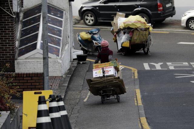 지난해 12월23일 서울 서초구 잠원동 주택가에서 한 할머니가 폐지를 수집하고 있다. 김명진 기자 littleprince@hani.co.