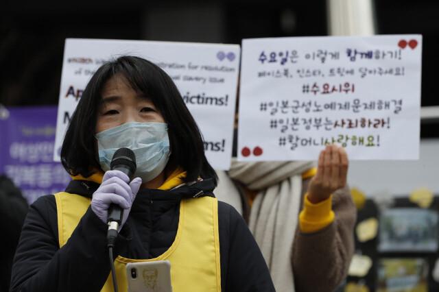 """국민 10명 중 7명·민주당 지지자 절반 """"윤미향 사퇴해야"""""""
