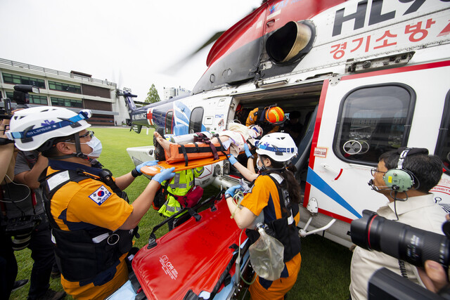 지난해 8월29일 경기도청 운동장에서 열린 응급의료전용헬기 훈련 모습. 경기도 제공