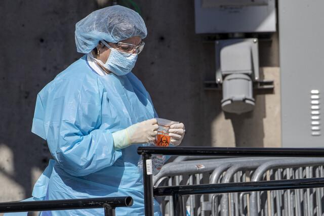 26일(현지시각) 미국 뉴욕의 브루클린병원에 마련된 코로나19 검사소에서 병원 관계자가 작업하고 있다. 뉴욕/AP 연합뉴스