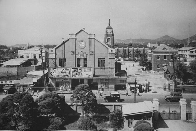 1960년대 영화관으로 쓰였던 대신사출세백년기념관. 건물 뒤로 천도교 대교당이 보인다. 건물 앞 3·1대로가 60년대 말 크게 확장되면서 건물이 통째로 헐리면서 흔적도 없이 사라져버렸다.