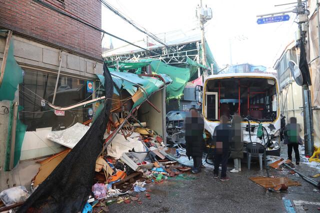 서울 성북구 장위동 사랑제일교회에 대한 명도 집행이 시작된 26일 오전 집행인력과 신도들의 충돌로 교회 인근에 주차된 차량이 파손돼 있다. 연합뉴스
