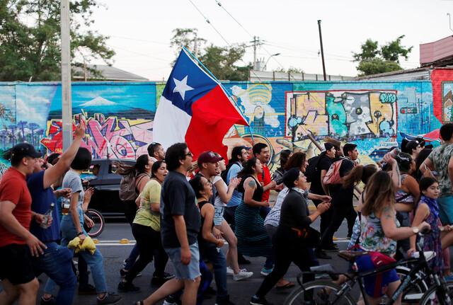 칠레 반정부 시위대는 경제 양극화의 주범이 신자유주의를 표방한 헌법에 있다고 주장하며 개헌을 요구하고 있다. REUTERS