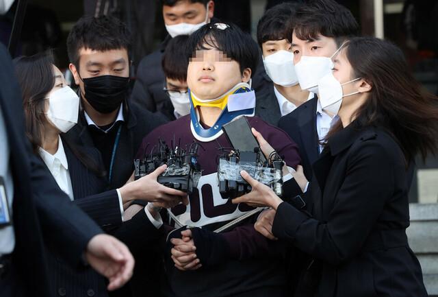조주빈이 지난 3월25일 오전 서울 종로경찰서에서 검찰로 송치되고 있다. 공동취재단