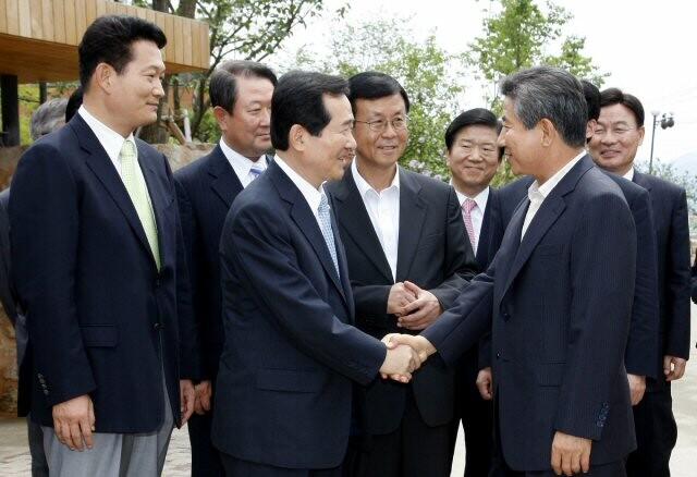 노무현 전 대통령이 2008년 7월11일 김해 봉하마을 사저를 방문한 민주당 정세균 대표 등 지도부를 배웅하고 있다. 연합뉴스