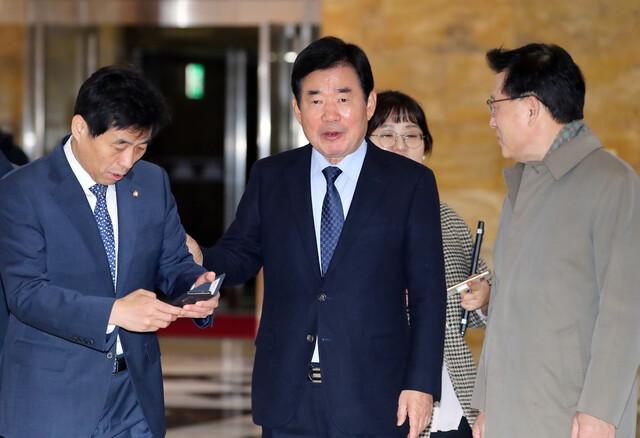 김진표 더불어민주당 의원이 지난달 29일 국회에서 열린 의원총회에 입장하고 있다. 연합뉴스