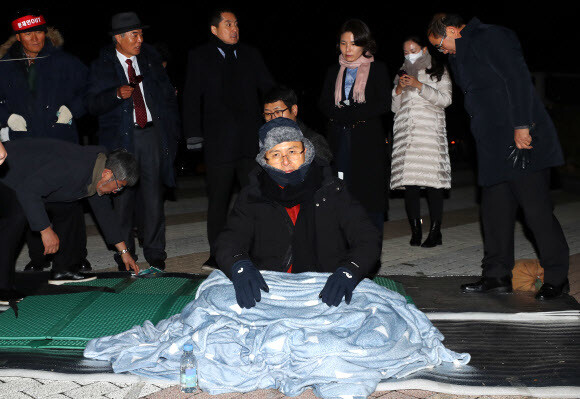 Hwang Gyo-an, leader of the Liberal Democratic Party, who has begun a swift battle to call for a change of state, is holding a blanket in front of the Blue House in the evening. Yonhap News