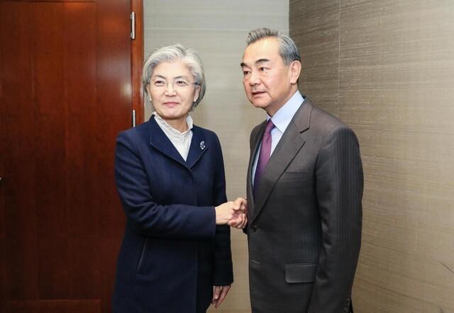 뮌헨안보회의에 참석한 강경화 외교부 장관이 15일 왕이 중국 외교 담당 국무위원 겸 외교부장과의 양자회담에서 악수하고 있다. 외교부 제공