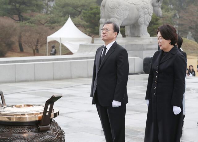 문재인 대통령이 27일 국립대전현충원에서 열린 서해수호의 날 기념식에서 분향하고 있다. 연합뉴스