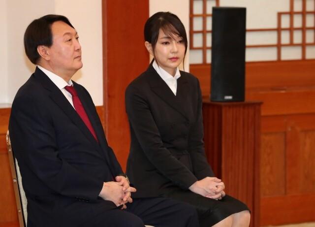 윤석열 검찰총장(왼쪽) 부부가 2019년 7월25일 청와대에서 열린 임명장 수여식에 참석했다. 청와대사진기자단